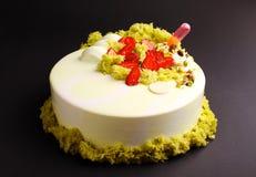 Κέικ με mousse μούρων στο λούστρο καθρεφτών με τη φράουλα και τη μοριακή διακόσμηση μπισκότων Στοκ Εικόνες