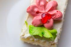 Κέικ μπισκότων που διακοσμείται με την κόκκινη και πράσινη κρέμα Στοκ Φωτογραφία