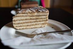 Κέικ ξύλων καρυδιάς Eszterhazy με το δίκρανο σε ένα πιάτο στοκ εικόνες