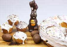 Κέικ Πάσχας, λαγουδάκι σοκολάτας και αυγά σοκολάτας Στοκ φωτογραφία με δικαίωμα ελεύθερης χρήσης