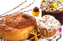 Κέικ Πάσχας, αυγά, κλάδοι ιτιών στο λευκό Στοκ φωτογραφία με δικαίωμα ελεύθερης χρήσης