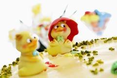 Κέικ Πάσχας, κέικ αμυγδαλωτού με το φυστίκι και ειδώλια νεοσσών Στοκ Φωτογραφίες