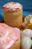 Κέικ Πάσχας και αυγά διακοσμήσεων σε ένα μπλε υπόβαθρο Στοκ φωτογραφία με δικαίωμα ελεύθερης χρήσης