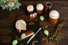 Κέικ Πάσχας και ζωηρόχρωμα αυγά σε έναν ξύλινο πίνακα Στοκ φωτογραφία με δικαίωμα ελεύθερης χρήσης