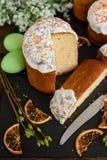 Κέικ Πάσχας και ζωηρόχρωμα αυγά σε έναν ξύλινο πίνακα Στοκ Εικόνα