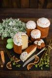 Κέικ Πάσχας και ζωηρόχρωμα αυγά σε έναν ξύλινο πίνακα Στοκ Εικόνες