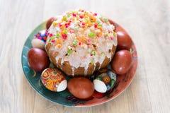 Κέικ Πάσχας και χρωματισμένα αυγά στοκ εικόνα με δικαίωμα ελεύθερης χρήσης