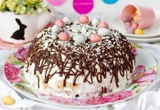 Κέικ Πάσχας με τα αυγά σοκολάτας και καραμελών Στοκ Εικόνες
