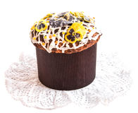 Κέικ Πάσχας με τα γλασαρισμένα λουλούδια tricolor viola στην πετσέτα δαντελλών Στοκ Φωτογραφίες