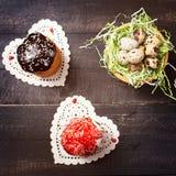 Κέικ Πάσχας στις πετσέτες με μορφή του αυγού ορτυκιών καρδιών και φωλιών στοκ εικόνα με δικαίωμα ελεύθερης χρήσης