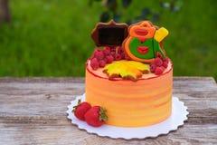 Κέικ παιδιών ` s για την αρχή του σχολικού έτους στοκ εικόνες