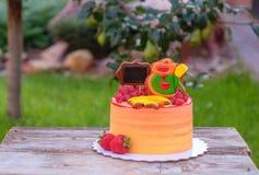 Κέικ παιδιών ` s για την αρχή του σχολικού έτους στοκ εικόνα