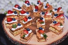 Κέικ πιτών μούρων στον ξύλινο δίσκο για το γεγονός μπουφέδων Στοκ Εικόνα
