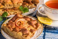 Κέικ πιτών της Apple στο πιάτο με την ΚΑΠ του τσαγιού Διάσημος ξινός με τους διαφορετικούς τύπους συνταγών Στοκ φωτογραφίες με δικαίωμα ελεύθερης χρήσης