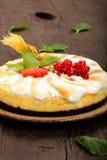 Κέικ πουτίγκας με τα φρούτα σε ένα ξύλινο υπόβαθρο Στοκ Εικόνα