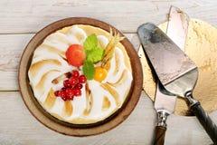 Κέικ πουτίγκας με τα φρούτα σε ένα ξύλινο υπόβαθρο Στοκ Εικόνες