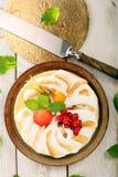 Κέικ πουτίγκας με τα φρούτα σε ένα ξύλινο υπόβαθρο Στοκ Φωτογραφίες