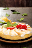 Κέικ πουτίγκας με τα φρούτα σε ένα ξύλινο υπόβαθρο Στοκ εικόνα με δικαίωμα ελεύθερης χρήσης