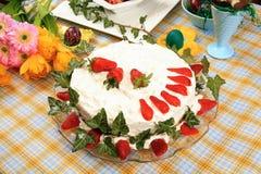 Κέικ που διακοσμείται με τις φράουλες Στοκ φωτογραφία με δικαίωμα ελεύθερης χρήσης