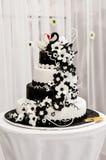 Κέικ που διακοσμείται γαμήλιο με fondant Στοκ εικόνα με δικαίωμα ελεύθερης χρήσης
