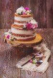 Κέικ που διακοσμείται με τα λουλούδια Στοκ Φωτογραφίες