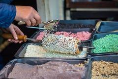 Κέικ που ολοκληρώνεται με τα γλυκά δημητριακά Στοκ Εικόνες