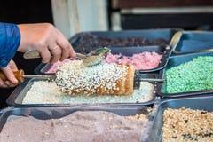 Κέικ που ολοκληρώνεται με τα γλυκά δημητριακά Στοκ φωτογραφία με δικαίωμα ελεύθερης χρήσης