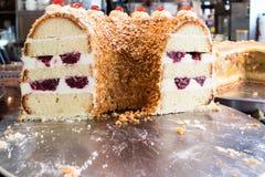 κέικ που τεμαχίζεται στοκ εικόνα
