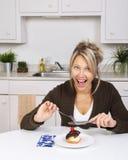 κέικ που τρώει τη γυναίκα στοκ εικόνα