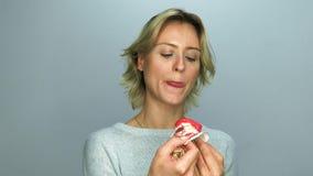 κέικ που τρώει τις νεολαίες γυναικών απόθεμα βίντεο