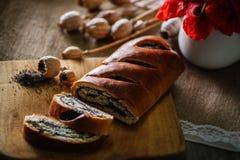 Κέικ προγευμάτων με τα λουλούδια breadboard, κόκκινη παπαρούνα, γλυκιά ψημένη έρημος με τους σπόρους παπαρουνών Στοκ Εικόνα