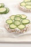 Κέικ ρυζιού με τα τεμαχισμένα αγγούρια Στοκ φωτογραφία με δικαίωμα ελεύθερης χρήσης