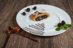 Κέικ σε ένα άσπρο πιάτο Στοκ εικόνες με δικαίωμα ελεύθερης χρήσης
