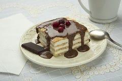 Κέικ σε ένα πιάτο με τη σάλτσα σοκολάτας Στοκ Φωτογραφίες