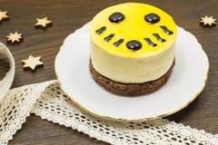 Κέικ σε ένα πιατάκι  αστέρια και κορδέλλες Στοκ εικόνες με δικαίωμα ελεύθερης χρήσης
