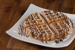 Κέικ σε ένα τετραγωνικό πιάτο Στοκ Εικόνες