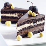 Κέικ σοκολάτας με τα κεράσια και τις σφαίρες της άσπρης σοκολάτας Στοκ φωτογραφία με δικαίωμα ελεύθερης χρήσης