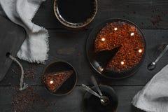 Κέικ σοκολάτας με τα κεριά γενεθλίων στον ξύλινο πίνακα Στοκ φωτογραφίες με δικαίωμα ελεύθερης χρήσης
