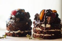 Κέικ σοκολάτας με τα μούρα, ξύλινο σκηνικό Στοκ φωτογραφία με δικαίωμα ελεύθερης χρήσης