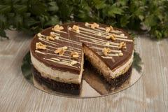 Κέικ σοκολάτας με τα φυστίκια, snickers κέικ Στοκ εικόνα με δικαίωμα ελεύθερης χρήσης