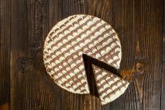 Κέικ σοκολάτας με την κρέμα, κέικ σοκολάτας με ένα κομμάτι περικοπών και BL Στοκ εικόνα με δικαίωμα ελεύθερης χρήσης