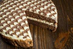Κέικ σοκολάτας με την κρέμα, κέικ σοκολάτας με ένα κομμάτι περικοπών και BL Στοκ Φωτογραφίες