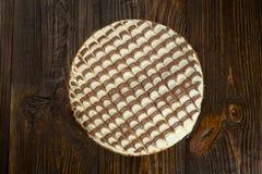 Κέικ σοκολάτας με την κρέμα, κέικ σοκολάτας με ένα κομμάτι περικοπών και BL Στοκ φωτογραφία με δικαίωμα ελεύθερης χρήσης