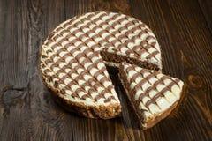 Κέικ σοκολάτας με την κρέμα, κέικ σοκολάτας με ένα κομμάτι περικοπών και BL Στοκ Εικόνες