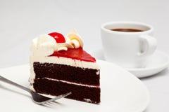 Κέικ σοκολάτας με το φλυτζάνι κερασιών και καφέ Στοκ Εικόνες