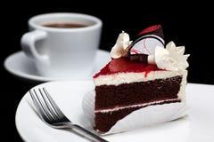 Κέικ σοκολάτας με το φλυτζάνι κερασιών και καφέ Στοκ Φωτογραφίες