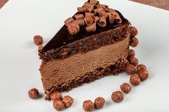 Κέικ σοκολάτας σοκολάτα-καρυδιών με mousse σοκολάτας Στοκ φωτογραφίες με δικαίωμα ελεύθερης χρήσης