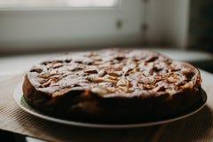Κέικ σοκολάτα-Apple στην ξύλινη σύσταση Στοκ Εικόνες