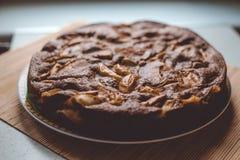 Κέικ σοκολάτα-Apple στην ξύλινη σύσταση Στοκ εικόνες με δικαίωμα ελεύθερης χρήσης