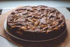 Κέικ σοκολάτα-Apple στην ξύλινη σύσταση Στοκ φωτογραφία με δικαίωμα ελεύθερης χρήσης